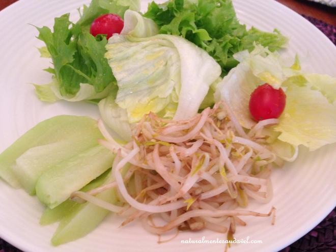 Salada com moyashi